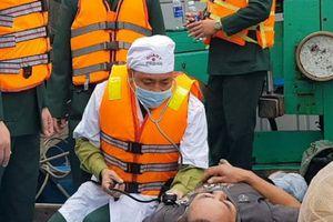 Cứu 8 ngư dân trên chiếc tàu cá bốc cháy, chìm trên biển