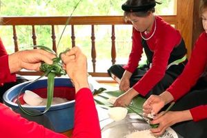 Độc đáo lễ 'dán giấy đỏ' của người Cao Lan