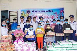 Cảnh sát biển Vùng 2 tặng quà cho trẻ em khuyết tật