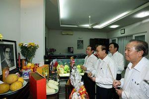 Thủ tướng Nguyễn Xuân Phúc dâng hương tưởng niệm các lãnh đạo tiền bối của Ðảng, Nhà nước