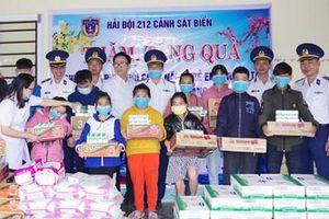 Cảnh sát biển thăm, tặng quà Tết trẻ em khuyết tại Quảng Nam