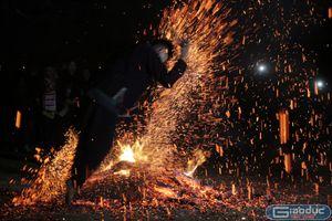 Huyền bí lễ nhảy lửa của người Dao đỏ trên cổng trời Hà Giang
