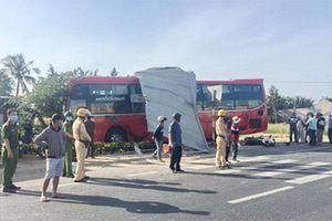 Tránh xe tải, ô tô khách tông sập quán phở