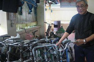 Ông giáo già hơn 10 năm sửa xe đạp cũ tặng học sinh nghèo