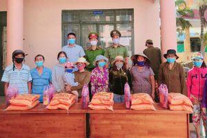 Trao 100 phần quà cho người dân khó khăn xã Vĩnh Lương