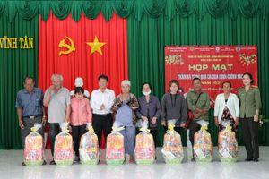 Công ty Nhiệt điện Vĩnh Tân tặng quà chúc tết gia đình chính sách tại xã Vĩnh Tân