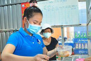 Ấm lòng bữa cơm dành cho bệnh nhân không về quê đón Tết