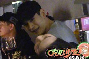 Nam diễn viên Kinh Siêu bị bắt gặp đi quán bar cùng ba cô gái trẻ
