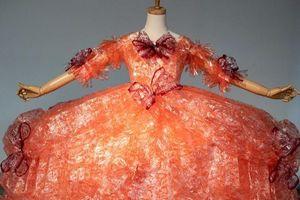 Chiếc váy dạ hội làm từ vỏ giấy gói bánh gây sốt cộng đồng mạng