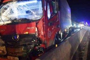 Xe tải tông vào đuôi xe tải, tài xế và phụ xe tử nạn