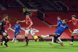 Công làm thủ phá, MU đánh rơi chiến thắng trước Everton ở phút bù giờ