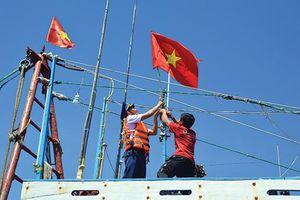 Màu cờ Tổ quốc giữa khơi xa