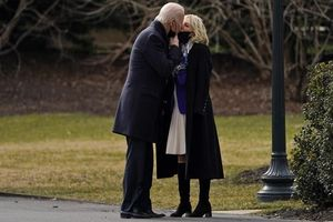 Ảnh ấn tượng tuần (2-8/2): Điều tra nguồn gốc Covid-19, ông Navalny thả tim và nụ hôn ngọt ngào của Tổng thống Mỹ Joe Biden