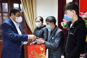 Phó Trưởng ban Thường trực Ban Tổ chức Trung ương trao 1.600 suất quà cho người nghèo Hà Tĩnh