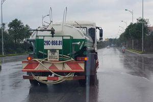 Mưa to cả ngày, xe môi trường vẫn phun nước rửa đường