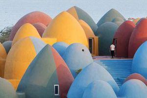 Ngôi làng hoạt hình với những mái vòm kỳ dị nhưng nổi bật màu sắc cầu vồng