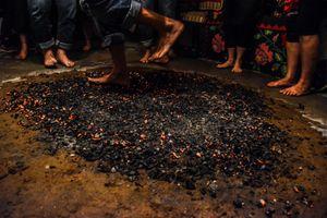 Nghi lễ đi chân trần trên than cháy ở Hy Lạp