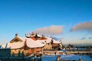 Tuyết phủ trắng dưới nắng vàng, đỉnh Fansipan đẹp như tiên cảnh ngày 29 Tết