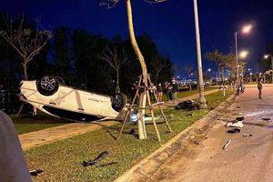 Mercedes tông xe máy rồi lật ngửa trên vỉa hè ở Đà Nẵng
