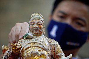 Khắp châu Á trang hoàng lung linh, người dân đeo khẩu trang đi sắm Tết