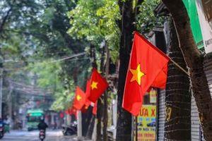 Phố phường Hà Nội rực rỡ cờ đỏ sao vàng ngày 30 Tết