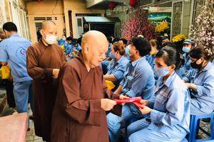 Ni trưởng Thích nữ Tịnh Nguyện chia sẻ với công nhân ngày cuối năm