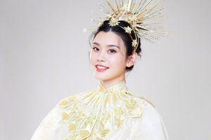 Màn catwalk của Hoa hậu Trương Tử Lâm và Hề Mộng Dao trên CCTV