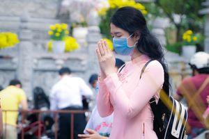 Người dân TP.HCM đi chùa cầu may mùng 1 Tết