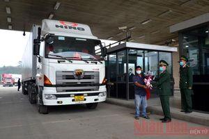 Gần 200 tấn thanh long xuất khẩu 'xông đất' cửa khẩu Kim Thành (Lào Cai)