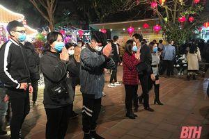 Người dân xứ Thanh đi lễ chùa đêm giao thừa