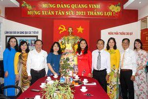 Thành ủy Long Xuyên thăm, chúc Tết Báo An Giang ngày mùng 1 Tết