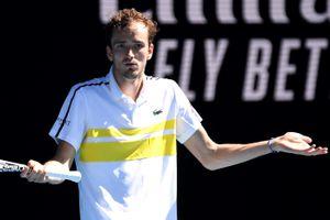 HLV bỏ về trong trận thắng của nhà vô địch ATP Finals