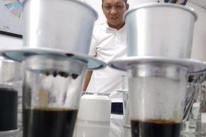 Đầu năm gặp gỡ người 'chuẩn hóa' cà phê pha phin