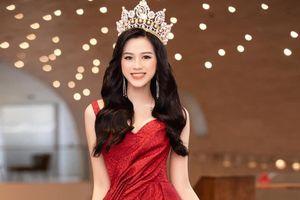 Hoa hậu Đỗ Thị Hà: Mẹ 'lùa' tôi khắp làng vì đốt đống rơm ngày Tết