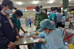 Nhân viên y tế làm việc xuyên Tết để lấy mẫu xét nghiệm trên diện rộng