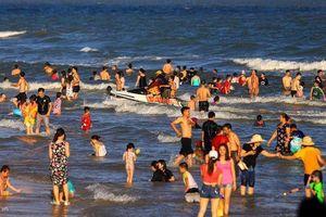 Mùng 2 Tết, bãi biển Vũng Tàu nhộn nhịp du khách