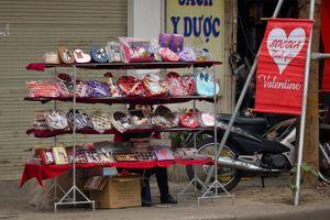 Quà Valentine ảm đạm trên phố, nhộn nhịp trên mạng