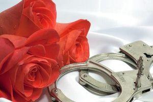Cảnh sát Mỹ 'khuyến mãi' Valentine: Cặp vòng bạch kim phiên bản giới hạn!