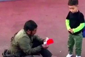 Cảm động khoảnh khắc cụ ông ăn xin lì xì cho cậu bé qua đường
