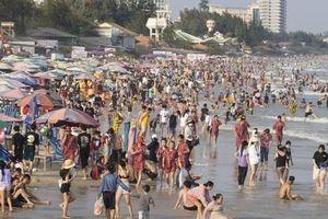 Lượng khách giảm 80%, biển Vũng Tàu vẫn đông người tắm