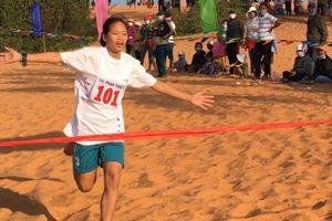 Hàng trăm vận động viên thi chạy bộ vượt đồi cát Mũi Né sáng mùng 4 Tết