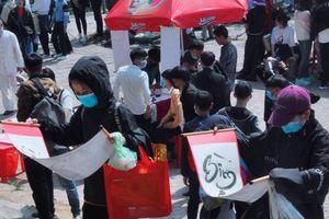 Du khách đeo khẩu trang kín mít đi lễ chùa Hương Tích