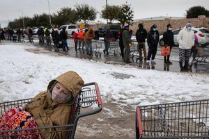 Mất điện, dân Mỹ chật vật tìm cách sưởi ấm giữa bão tuyết