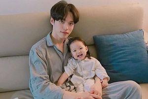 Nam giới Hàn nghỉ thai sản, ở nhà chăm con thay vợ