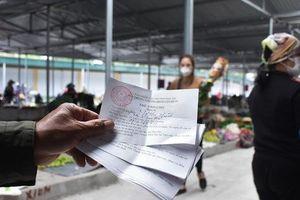 Cận cảnh: Ngày đầu người dân trong tâm dịch Chí Linh đi chợ bằng tem phiếu