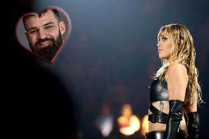 Được Miley Cyrus bật đèn 'xanh lét' sau màn tỏ tình táo bạo đúng ngày Valentine, võ sĩ bặm trợn lại có pha hồi đáp cực 'toang' khiến dân tình ngán ngẩm