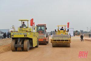 Ra quân xây dựng các công trình giao thông đầu năm