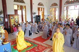 Phật tử chùa Bà Đa hành hương, cúng dường 10 tự viện