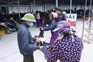 Người dân tâm dịch Chí Linh mang tem phiếu đi chợ theo ngày chẵn - lẻ