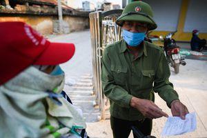 Người dân Chí Linh đi chợ bằng thẻ